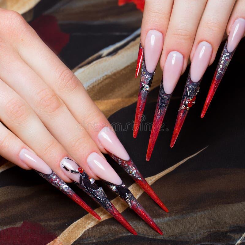 Download 在手指的长的美好的修指甲在与蜘蛛的黑和红颜色 钉子设计 特写镜头 库存图片 - 图片 包括有 宏指令, 长期: 72356957
