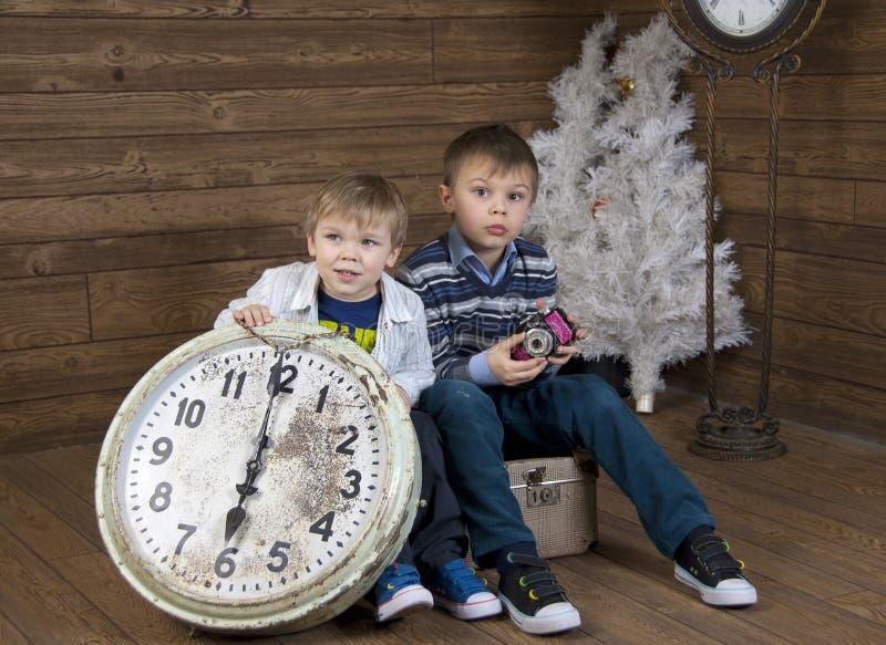 在手提箱的二个孩子 免版税图库摄影