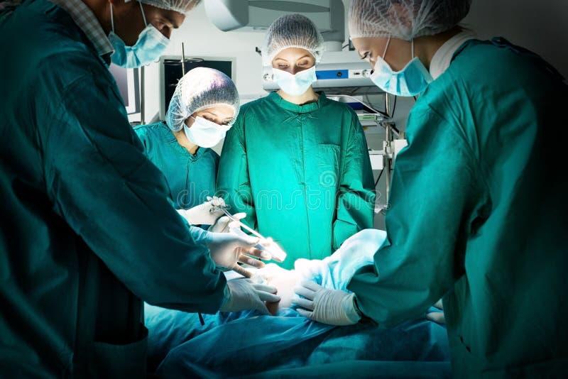 在手术期间的外科医生队 免版税库存图片