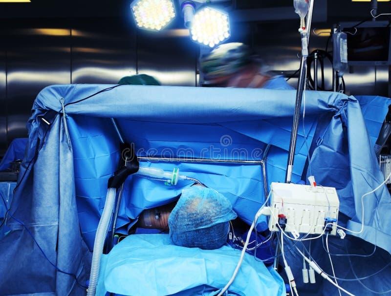 在手术期间的手术室通过anesthesiol的眼睛 图库摄影