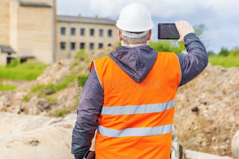 在手机摄制的建筑工程师 库存照片