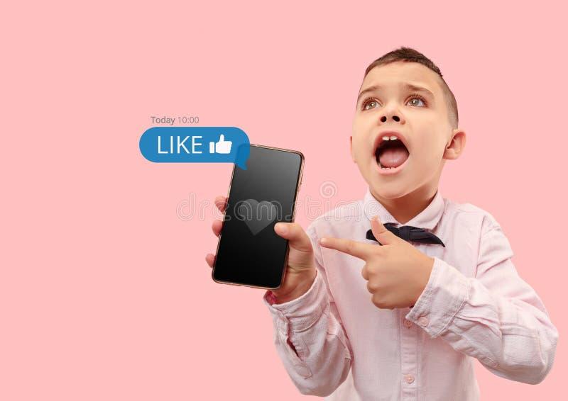 在手机的社会媒介互作用 库存图片