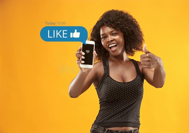 在手机的社会媒介互作用 免版税库存照片