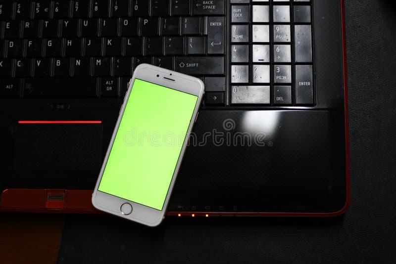 在手机的绿色屏幕 免版税库存照片