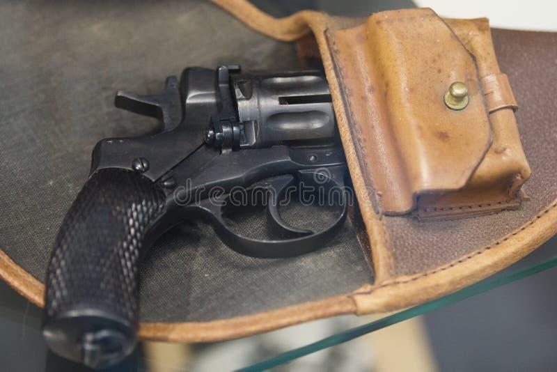 在手枪皮套的老俄国左轮手枪-苏联武器 图库摄影