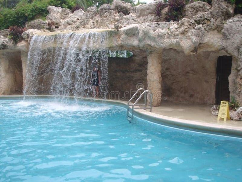 在手段游泳池的瀑布 库存照片