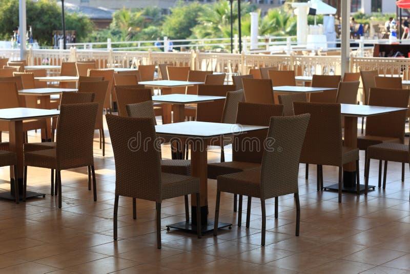 在手段的室外咖啡馆 免版税图库摄影