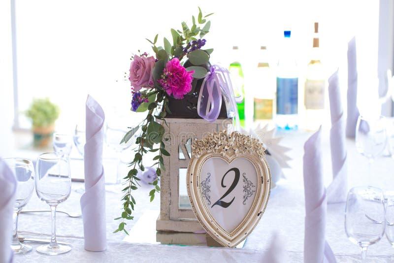 在手电的植物布置装饰婚礼桌的fo 图库摄影