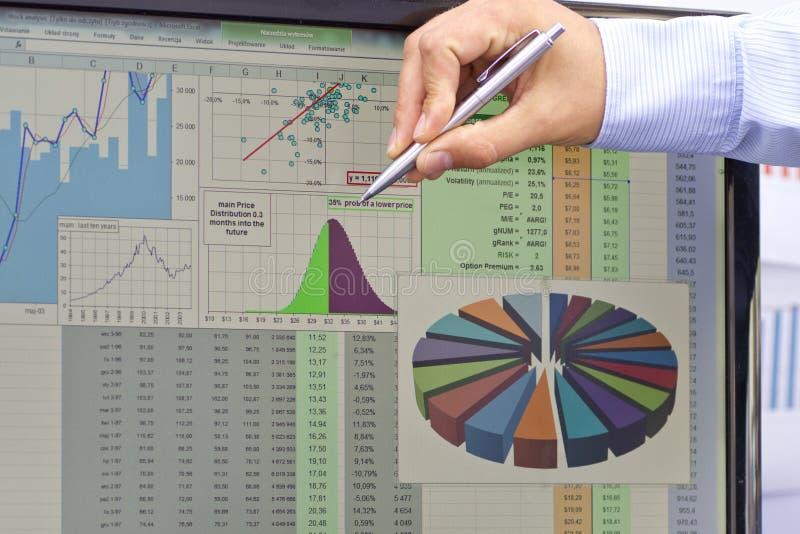 在手边分析与笔的股市 库存照片