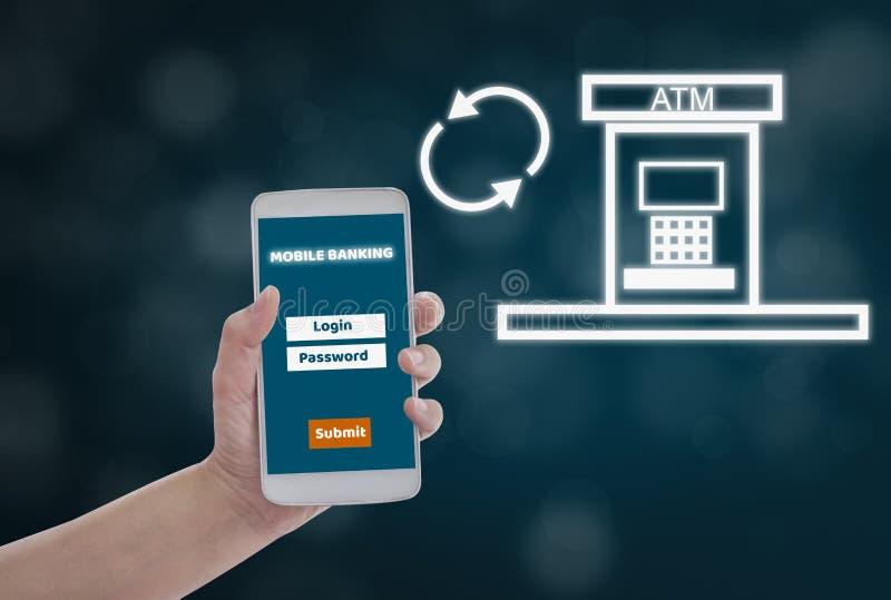 在手边拿着智能手机的妇女在网上做金融交易暂停,在蓝色bokeh背景,流动开户的购物 图库摄影