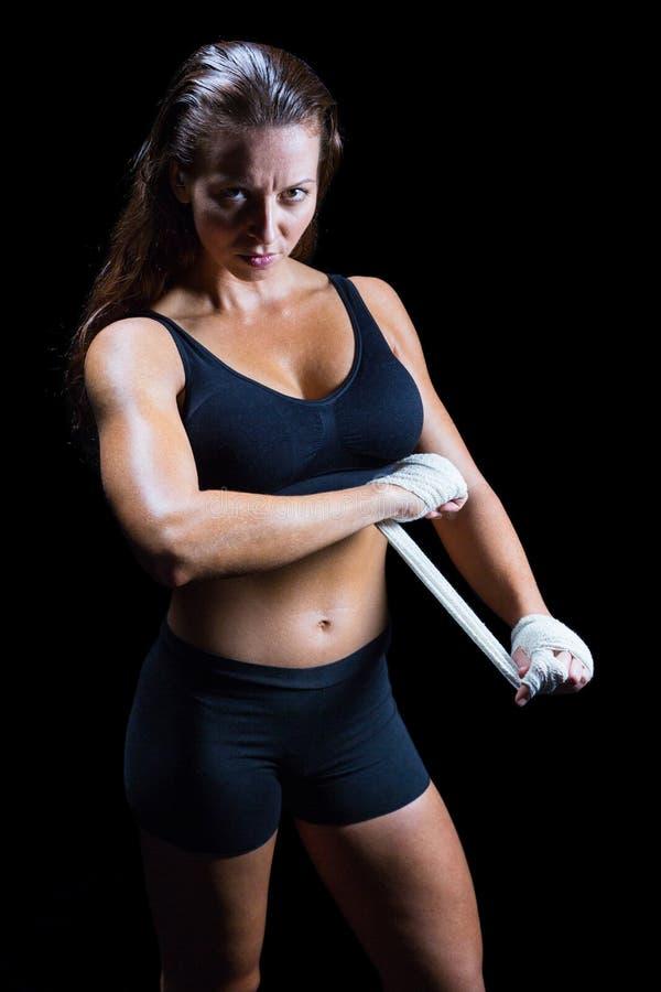 在手边栓绷带的确信的女性战斗机画象  免版税图库摄影