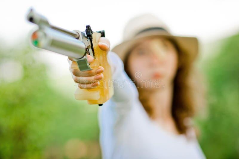在手边瞄准体育女性射击者,拿着空气手枪的定制的夹子细节 免版税库存图片