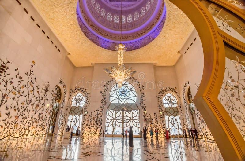 在扎耶德Grand Mosque回教族长的内部在阿布扎比,阿拉伯联合酋长国 免版税库存图片