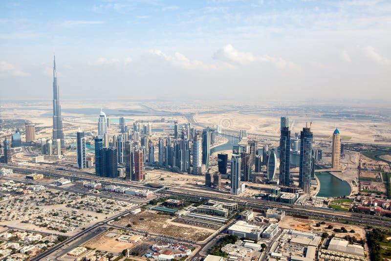 在扎耶德Road回教族长摩天大楼的看法在迪拜 免版税库存照片