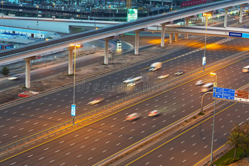 在扎耶德Road回教族长的汽车在迪拜 库存图片