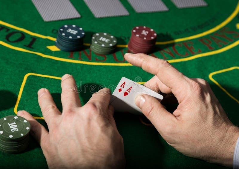在扑克牌游戏的赢取的组合 卡片和芯片在一块绿色布料 库存图片