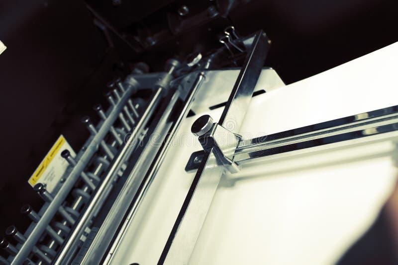 在打印机盘子的纸  图库摄影