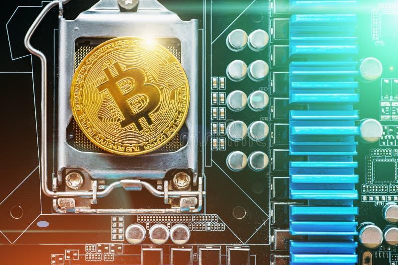在打印的circuitboard的Cryptocurrency金黄bitcoin硬币 隐藏货币的概念性图象 免版税库存照片