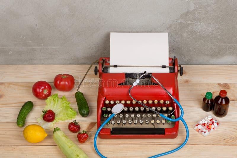 在打字机的医疗处方-在自然维生素之间的选择、蔬菜、水果和莓果或者片剂和药片 免版税库存图片