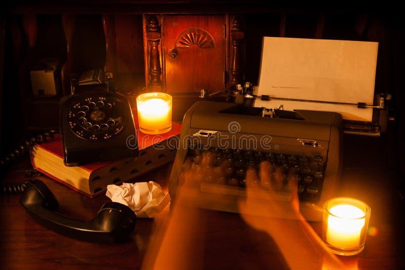 在打字机的鬼魂手 免版税库存照片