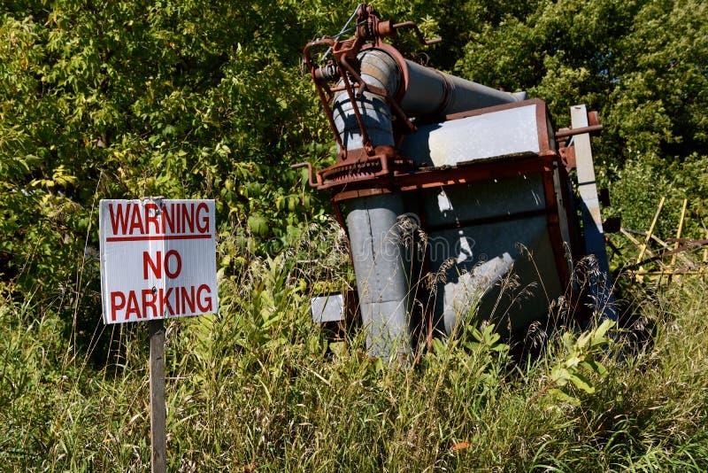 在打谷机附近的禁止停车在杂草补丁和刷子 免版税库存图片