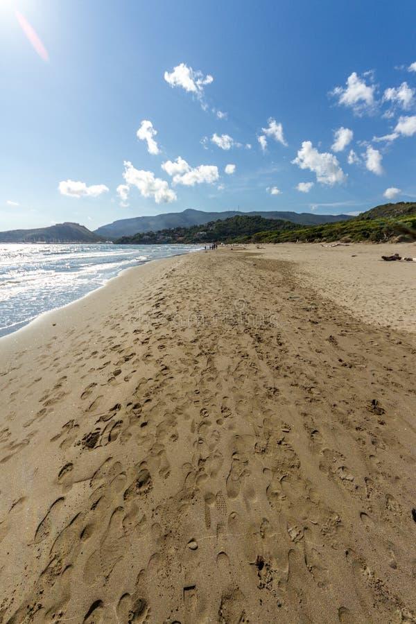 在托斯卡纳脚印的Feniglia海滩在海滩 库存照片