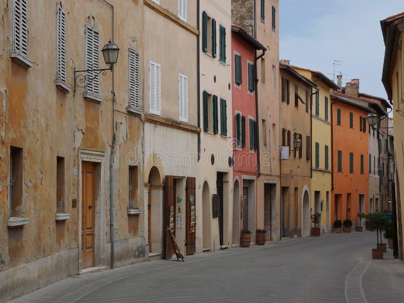 在托斯坎城市圣Quirico d'Orcia的一条街道 图库摄影