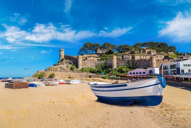 在托萨德马尔和堡垒的海滩 免版税库存图片
