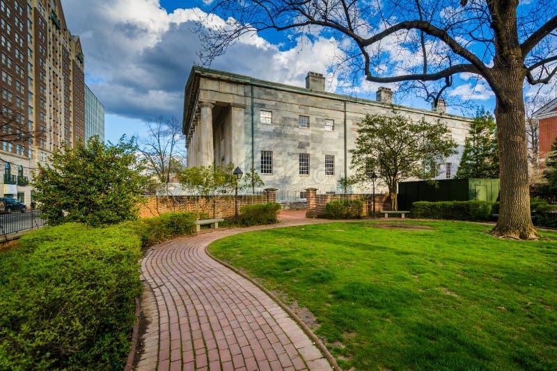在托马斯・杰斐逊庭院的走道和美国第二银行,在费城,宾夕法尼亚 库存照片