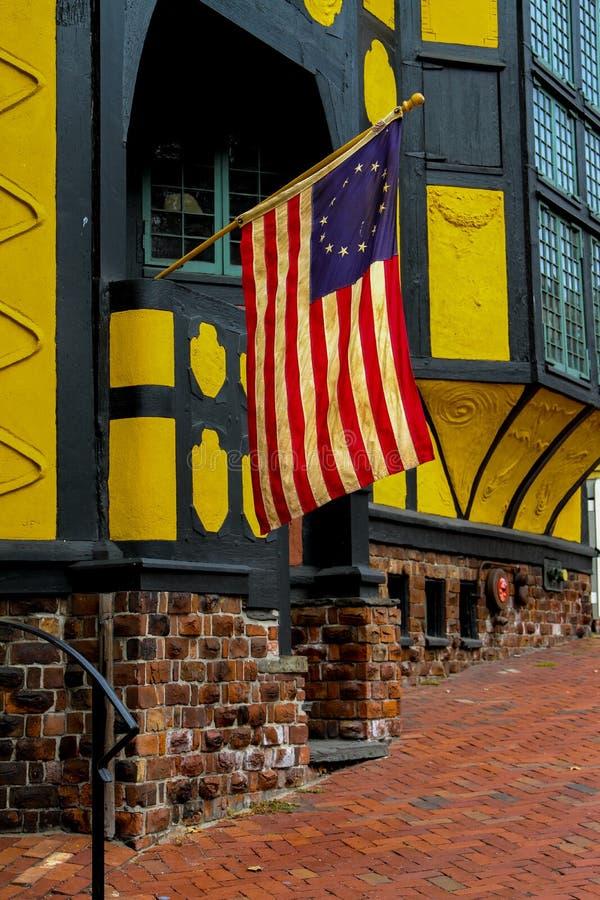 在托马斯街,上帝, RI上的葡萄酒美国国旗 免版税库存照片