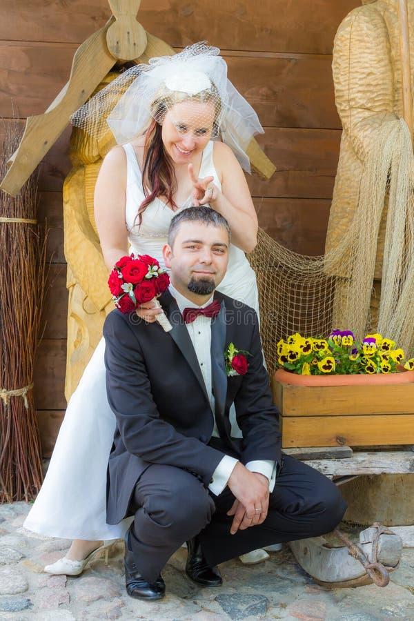 在扮小丑的夫妇愉快的年轻人附近 库存图片