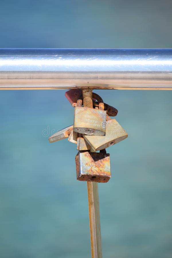在扶手栏杆的爱锁在特写镜头 库存照片