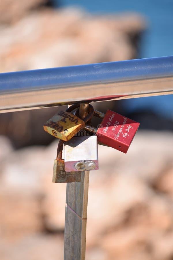 在扶手栏杆的爱锁在特写镜头 免版税图库摄影