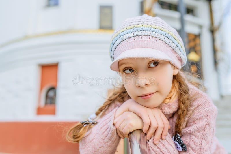 在扶手栏杆附近的小美丽的女孩 库存照片