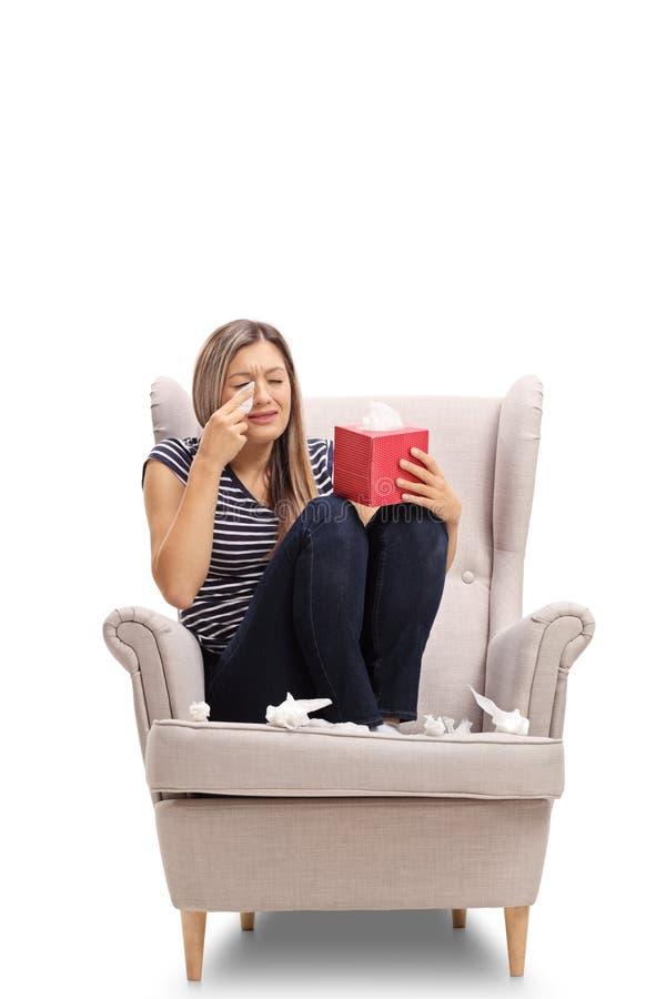 在扶手椅子哭泣安装的少妇 免版税库存照片