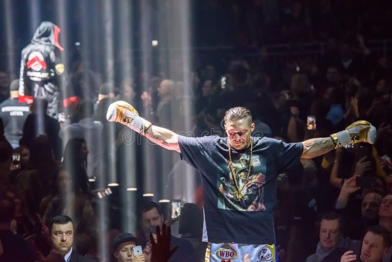 在把在Mairis Briedis和Oleksandr Usyk之间的世界前的Oleksandr Usyk,超级系列半最后的战斗装箱 竞技场里加 免版税图库摄影