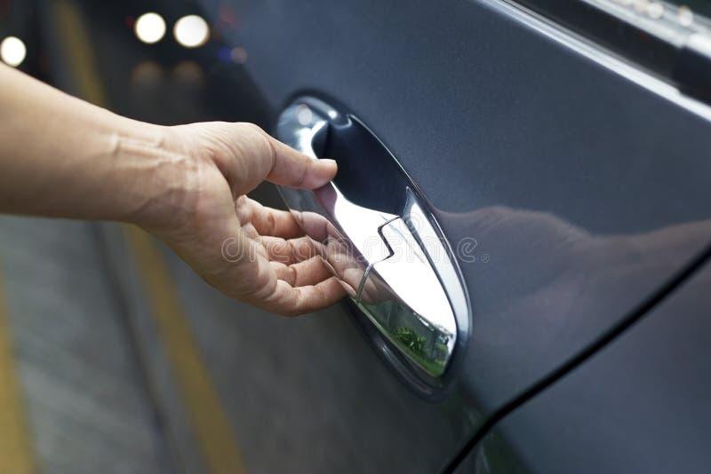 在把柄,打开在街道上的人的手一个车门 免版税库存照片