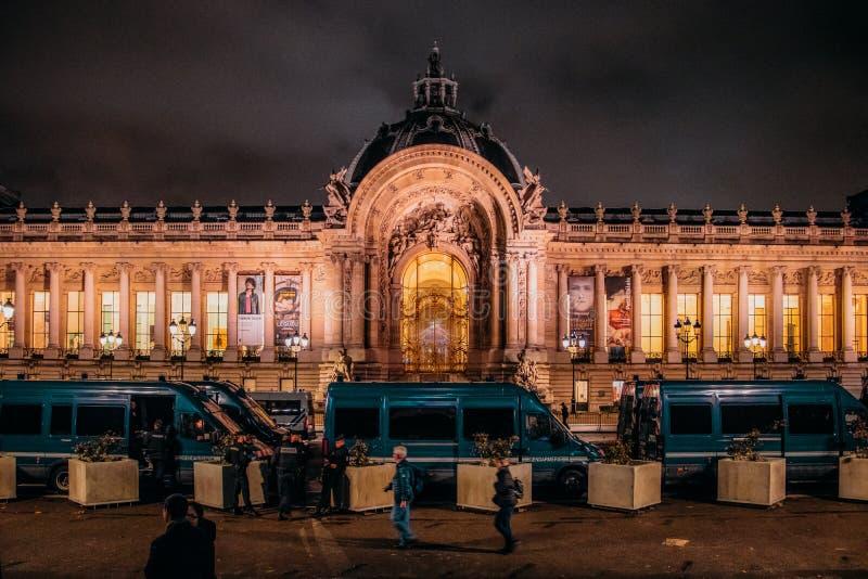 在抗议之后夜由gilets jaunes的在小皇宫前面的法国警察小客车在巴黎在晚上 库存图片