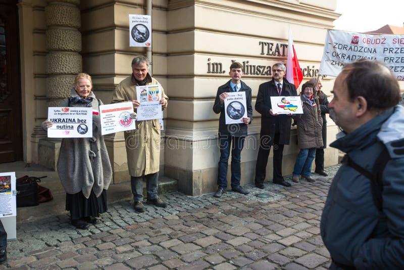 在抗议期间的未认出的参加者在克拉科夫歌剧附近,反对带来俄国军队在克里米亚 库存照片