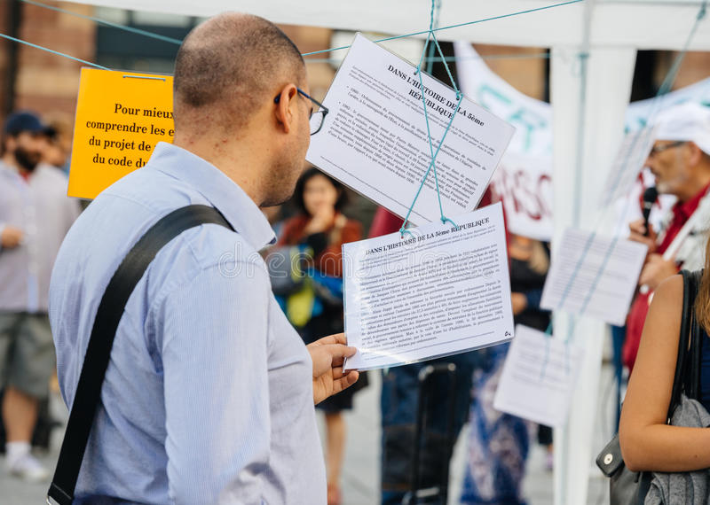 在抗议的明显读书反对Macron法律 库存照片