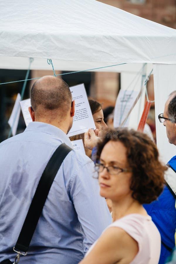 在抗议的明显读书反对Macron法律 免版税库存照片