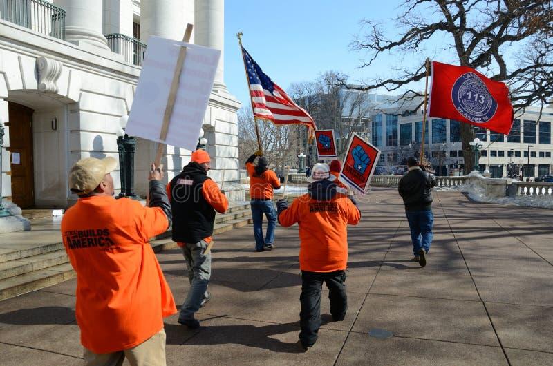 在抗议者威斯康辛之外的国会大厦 图库摄影