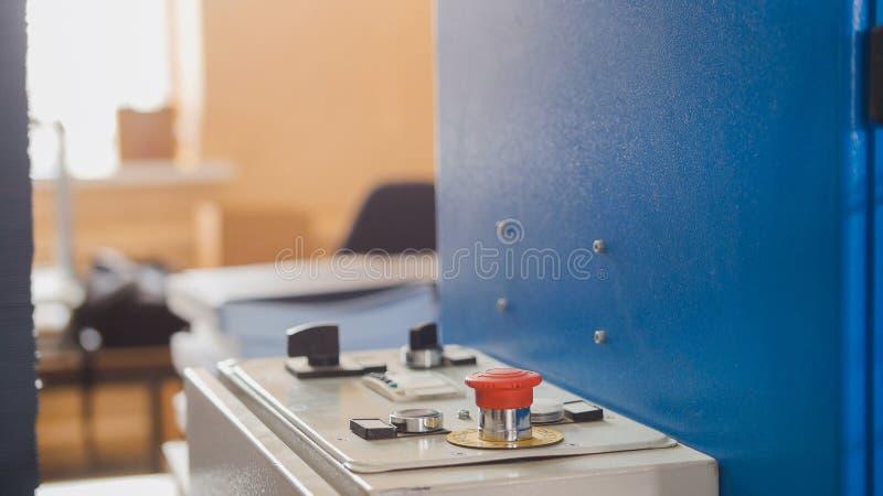 在折叠的机器-打印测谎器产业,关闭的红色按钮  库存图片