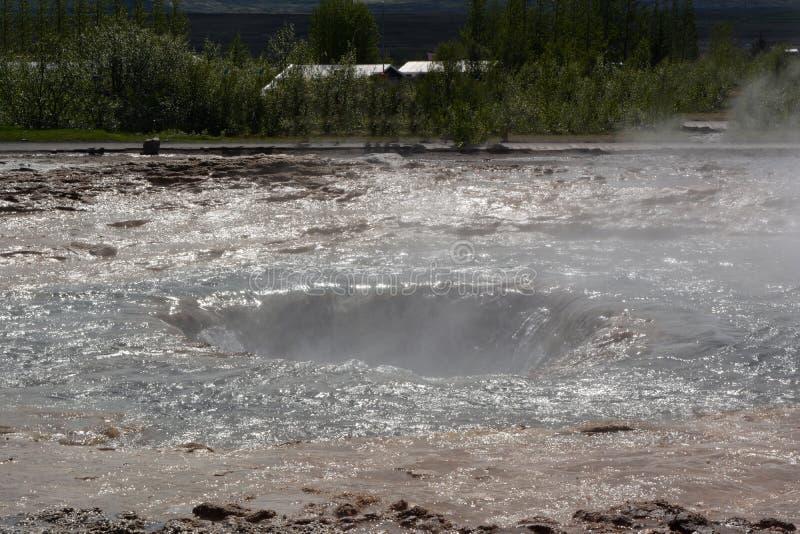在抛出喷泉以后吸尘火山口在冰岛 库存照片