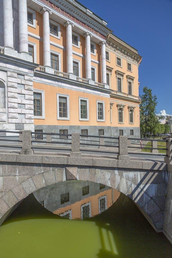 在护城河的桥梁对对圣迈克尔` s城堡的大门在圣彼德堡 库存图片