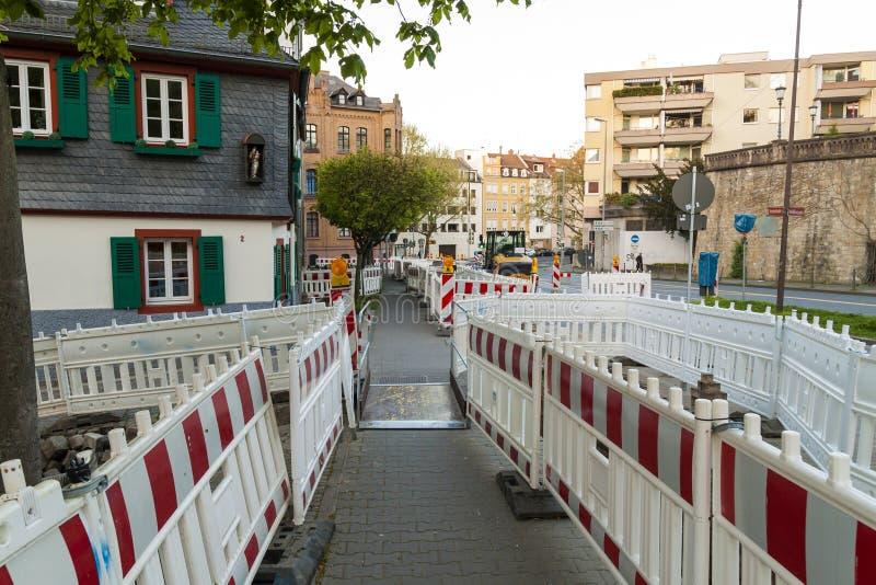 在护拦的橙色建筑街道界灯 路负面因素 免版税库存图片