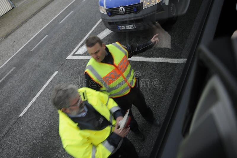 在护照管制的德国警察在罗斯托克德国 免版税库存图片