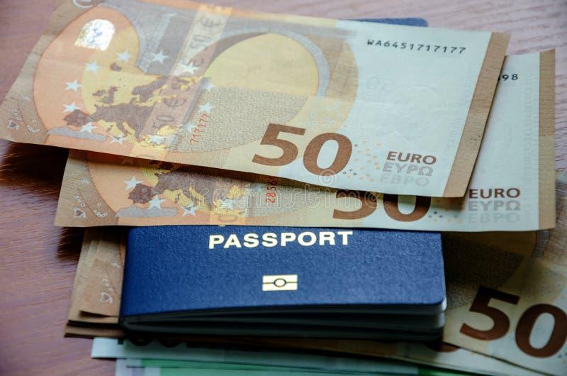 在护照,特写镜头的50张欧元钞票 免版税库存图片