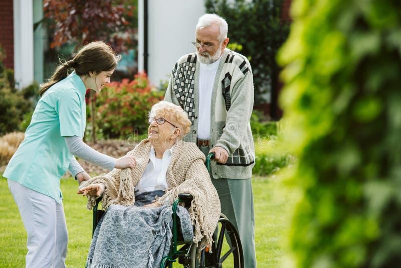 在护理的家庭菜园的逗人喜爱的夫妇 库存照片