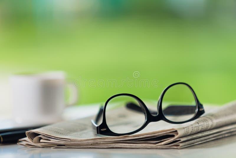 在报纸的玻璃 免版税库存照片